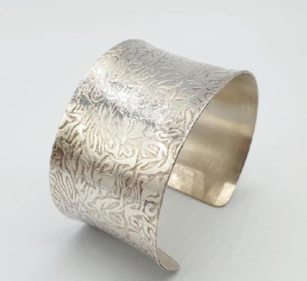Hermoso brazalete vintage con motivos grabados en plata de