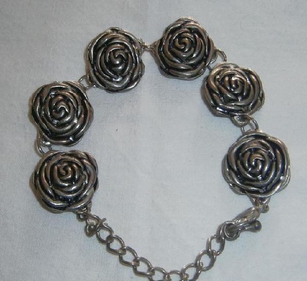 Pulsera plateada con rosetones