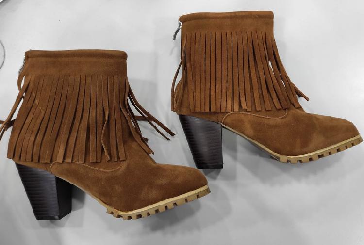 Bota con flecos color marrón talla 38. botte à franges