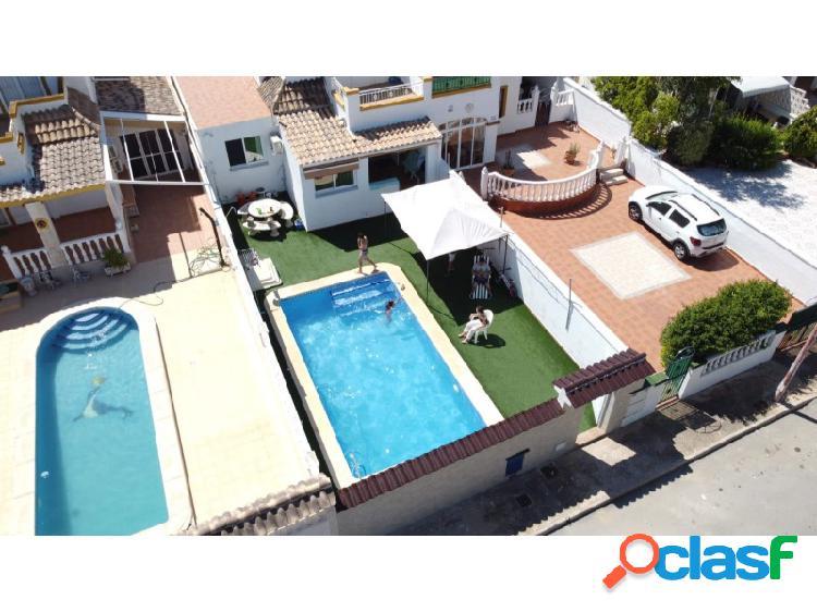 Casa adosada con piscina privada en las exteriores del centro de torrevieja.