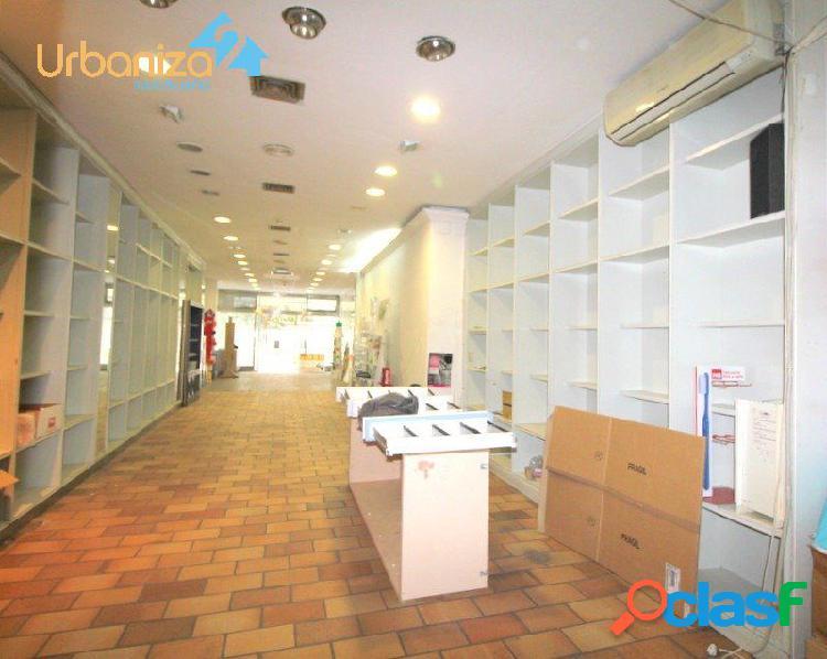 Local comercial en una de las mejores calles peatonales de badajoz. 206 m2 con escaparates
