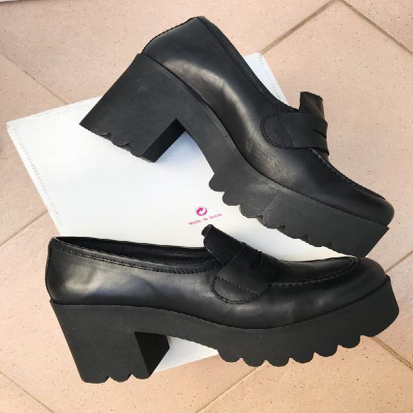 Zapatos negros de piel natural con tacón ancho y plataforma