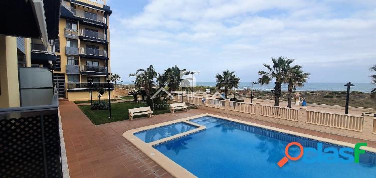 Apartamento con vistas abiertas al mar situado en 1ª línea de la playa de guardamar