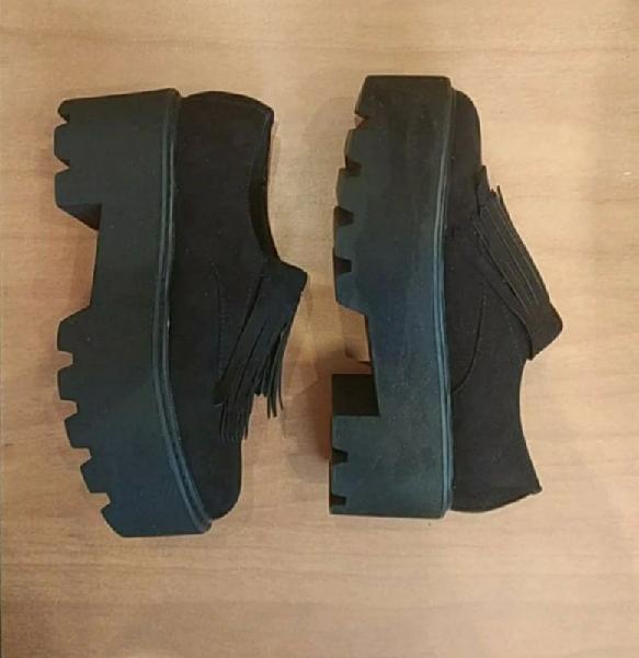 Zapatos plataforma negros con flecos