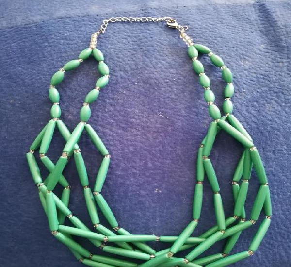 Collar corto verde y transparente