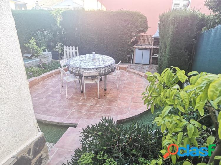 Casa para entrar a vivir, dividida en dos viviendas con preciosa entrada y bonito patio trasero para piscina y barbacoa.