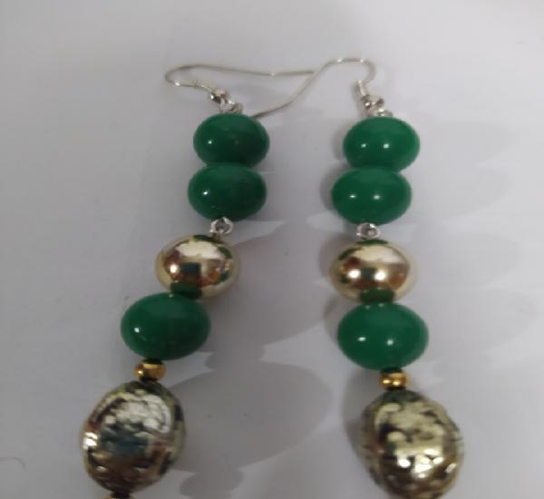 Preciosos pendientes verdes de diseño elegante largos