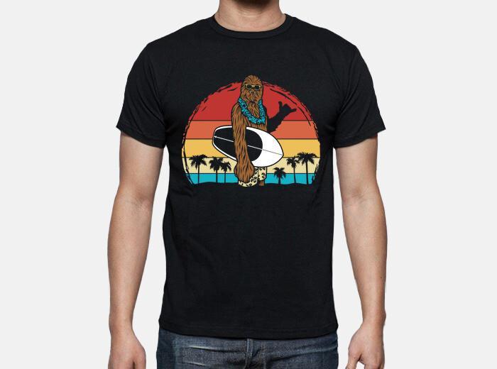 Camiseta chewbacca en la playa haciendo surf