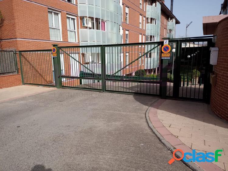 Plaza de garaje en comunidad cerrada, para coche grande con dos puertas de acceso. en la misma avenida de la ilustración concierta cita para verlo