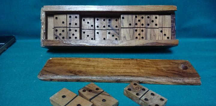 Antiguo juego domino de madera de olivo
