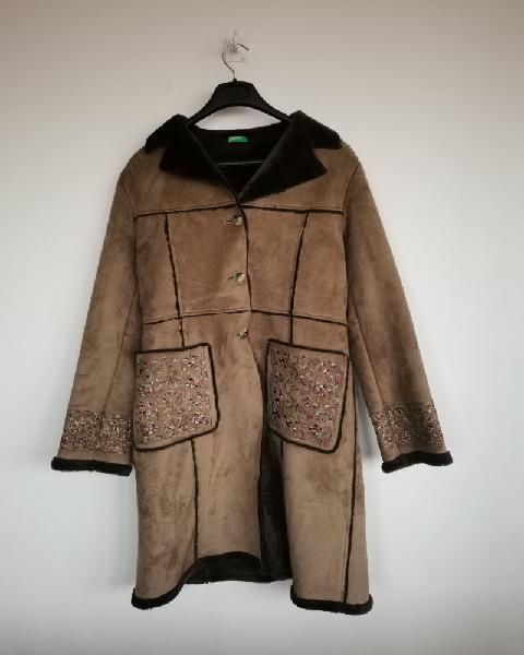 Benetton. abrigo marrón con flores en los bolsillos