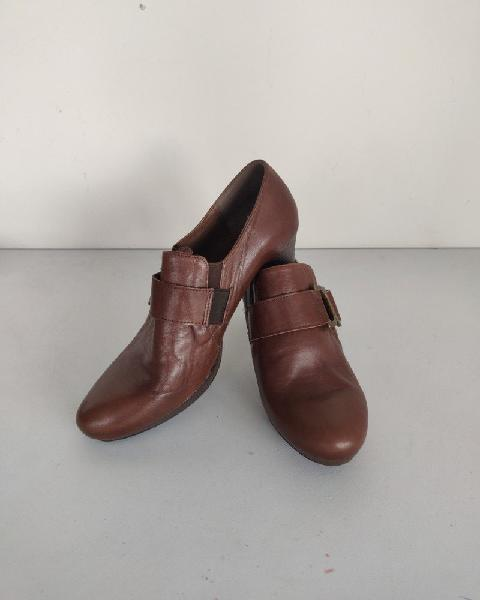 Salvador córdoba. patricia miller. zapato marrón de piel