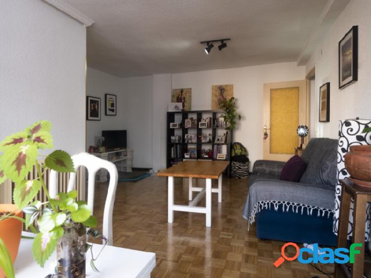 Estupenda vivienda totalmente exterior, superficie de 80 m2, ascensor y próxima a la avenida del dos de mayo.