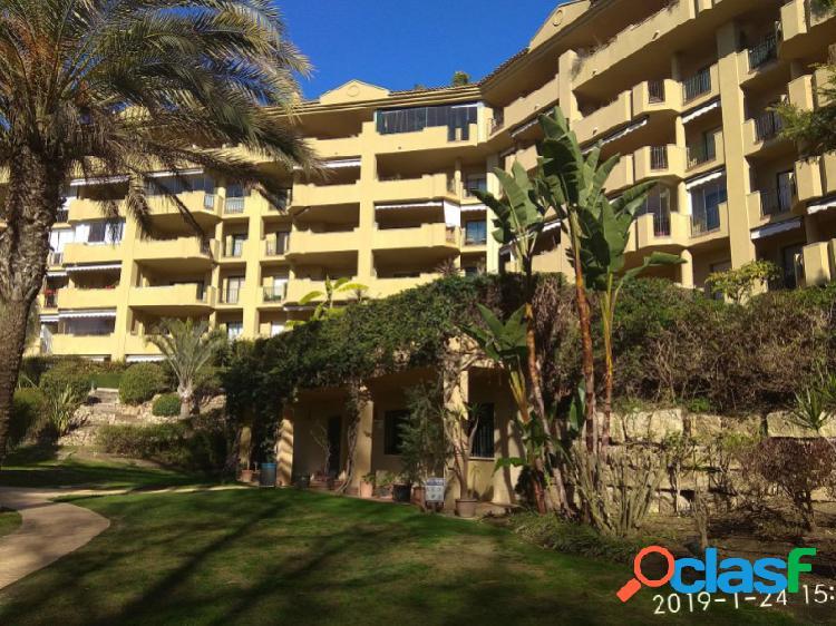 Acogedor apartamento de 2 dormitorios, 2 baños, terraza, garaje, trastero, piscina en guadalmina alta