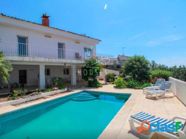 Casa con vistas al mar, piscina y licencia turística