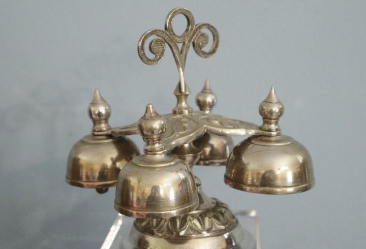 Carrillón eclesiástico formado por cuatro campanillas.