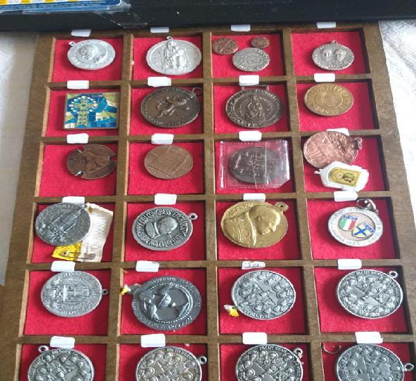 Lote 27 medallas y alguna moneda antigua