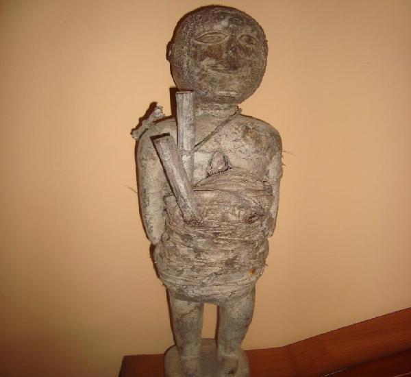 Rara y antigua talla de madera fetiche africano, mediados de
