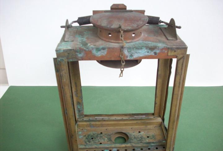 Antiguo farol ferroviario de iluminacion interior de un