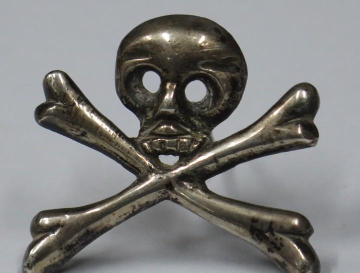 Calavera y huesos de adan. plata. siglo xviii