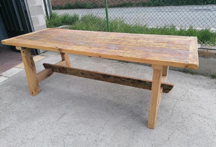 Mesa rústica de madera reciclada