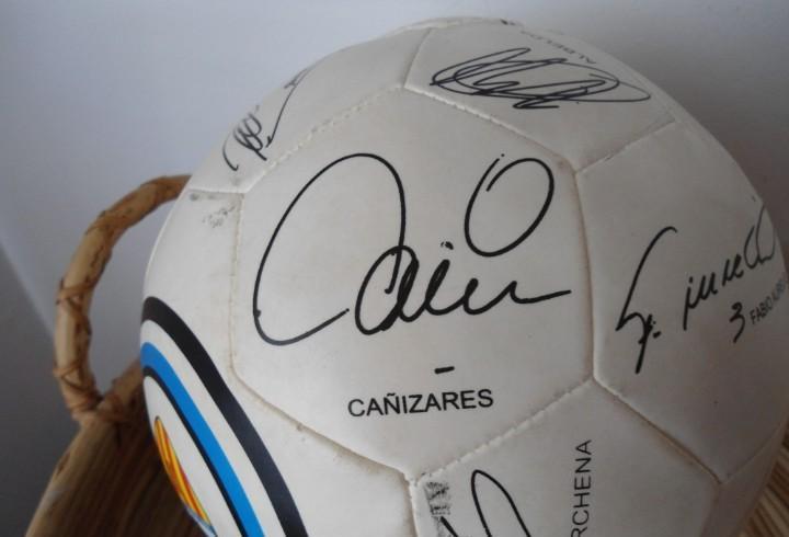 Pelota valencia c.f. temporada 2004, con las firmas de la