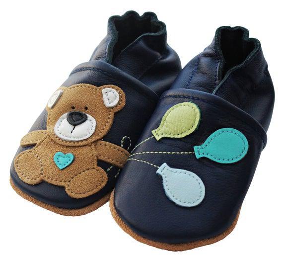 Cuero empujando zapatos gateando gateando bebé