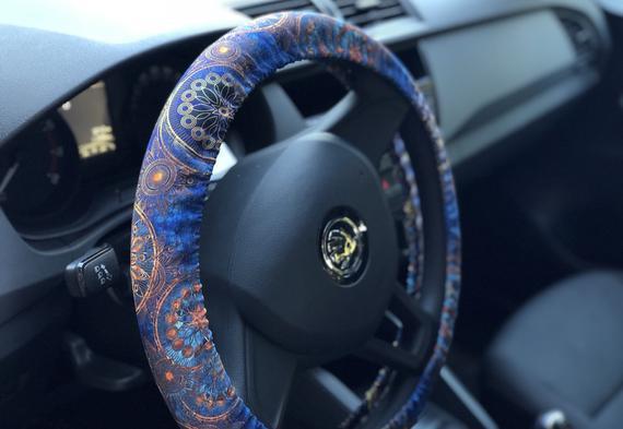 El volante mandala cubre el acceso de los coches brillantes
