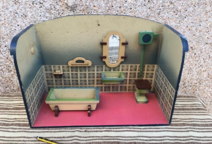Cuarto de baño antiguo de juguete