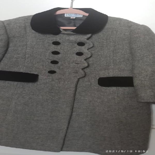 Abrigo lana tipo ingles marca rigans. botones, cuello y