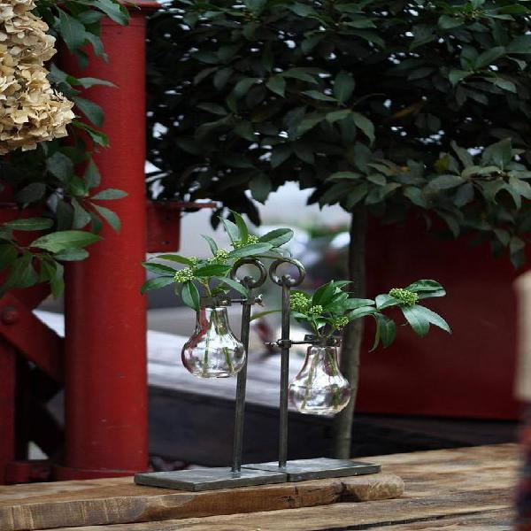 Industrial flower vase: soporte de flores de metal y vidrio
