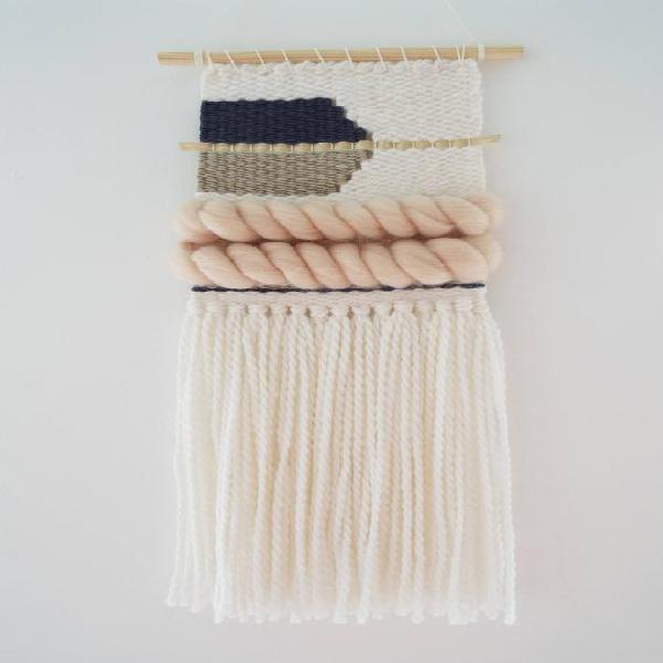 Pared tejida colgando, rubor, blanco, azul marino