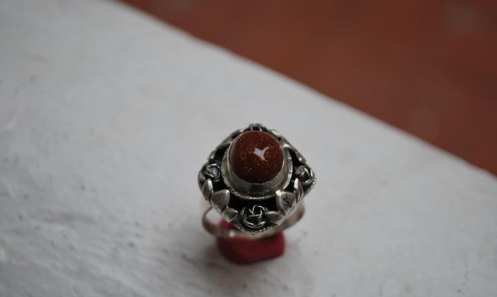Elegante anillo en plata de ley y gema arena dorada.