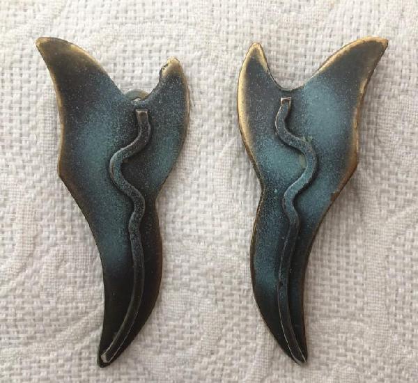 Pendientes clip de latón pintado. originales hechos a mano.