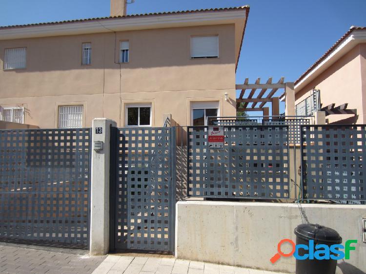 Chalet adosado con parcela 198 m2 y piscina comunitaria