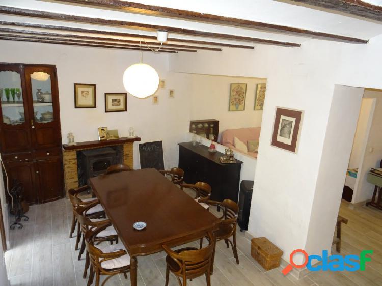 Encantadora casa de pueblo con amplio patio interior ubicada en castell de castells.