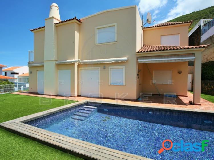 Amplio chalet con piscina climatizada y con preciosas vistas al mar y teide.