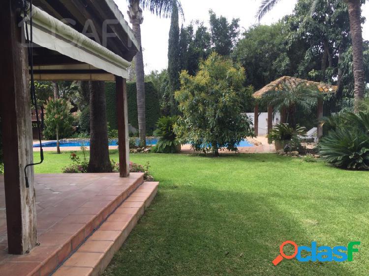 Espectacular villa de lujo en el corazón del valle del golf de nueva andalucía. esta villa tiene 6 dormitorios y 6 baños en una parcela de 1.600m2.
