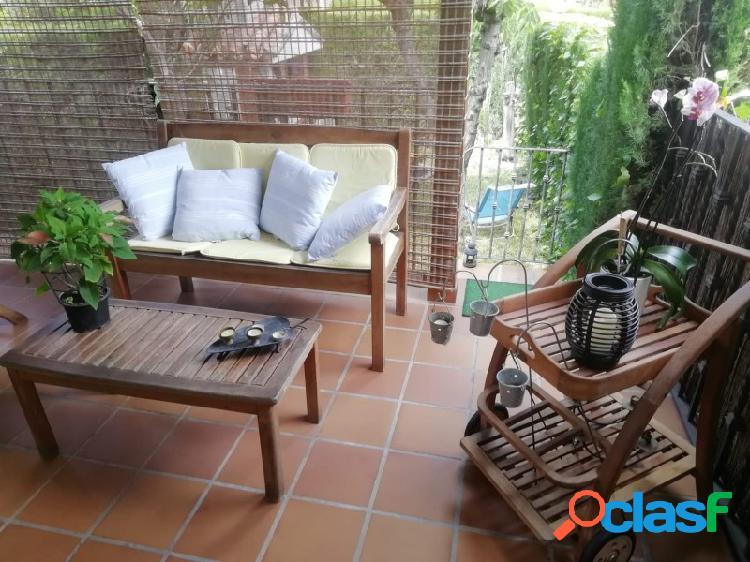 Casa adosada con bonito y amplio jardín, zonas comunes con piscina. lista para entrar a vivir!!!