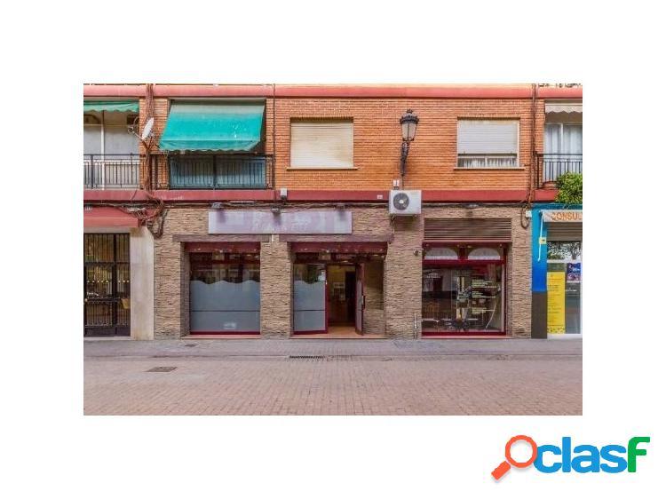 Bajo en venta en el barrio de san marcelino de valencia, reformado completamente en año 1998, aunque el inmueble es del año 1973. dispone de una puerta de acceso y dos escaparates a la calle,