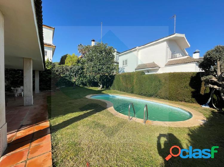 Casa adosada con piscina y jardín en zona privilegiada de alella.