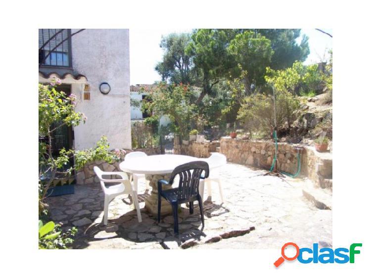 Grata casa esquinera, con hermosas vistas, cerca playa, vista mar en urbanización privada, con tranquilidad y seguridad.