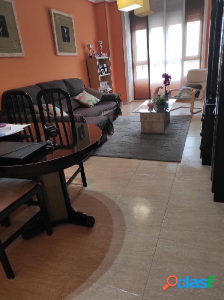 Vivienda de tres dormitorios, dos baños completos, salón comedor, cocina, garaje y trastero