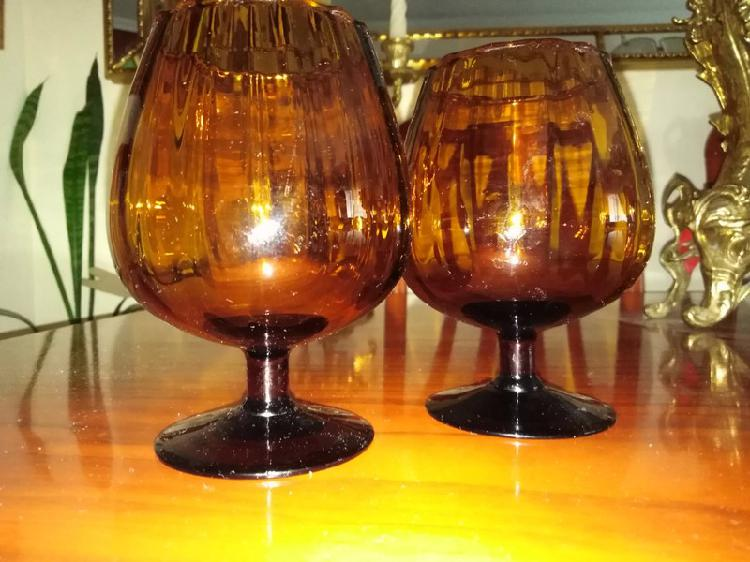 Juego de 2 copas de cristal redondeadas en color marrón.