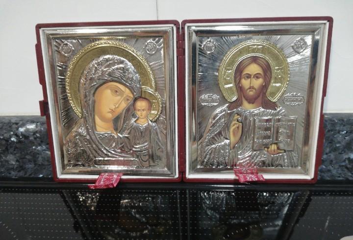 C 3 - dos iconos, uno de la virgen y el niño y, el otro de