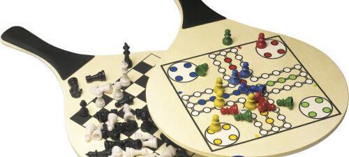 Juego de palas de playa con parchis y ajedrez