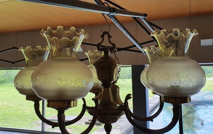 Lampara bronce y latón de 5 brazos con tulipas de cristal