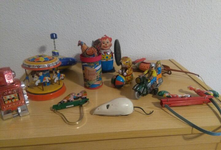 Antiguo lote de 11 juguetes de hojalata. robot, ratón,