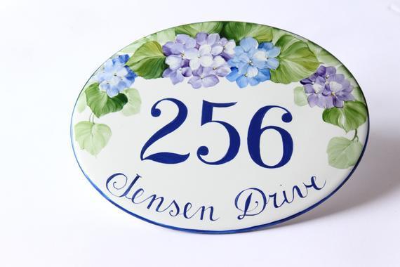 Número de calle de cerámica pintada a mano con hortense,