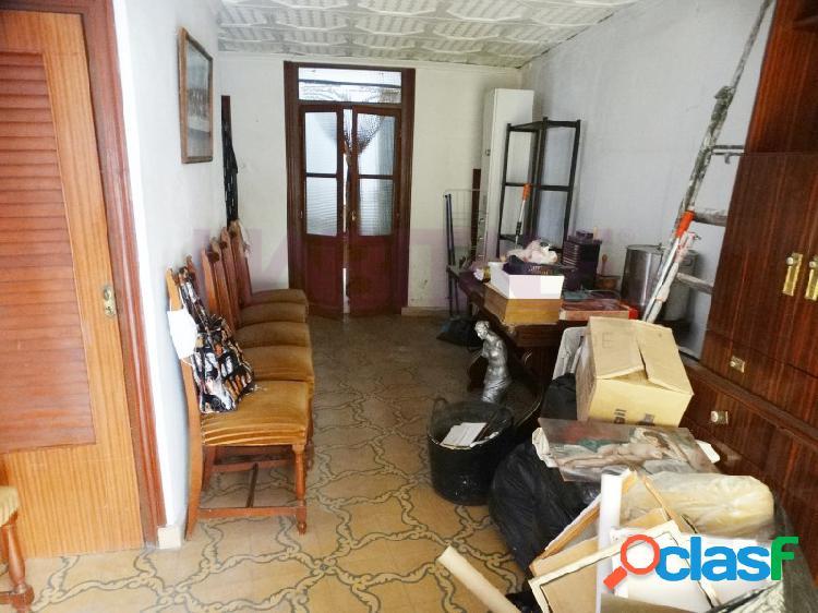 Casa muy económica con terraza para reformar en casco antiguo de xativa.